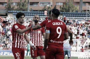 Jugadores del Almería celebran el gol que cerraba la victoria ante el Mirandés. (FOTO: Diego Carmona - VAVEL)