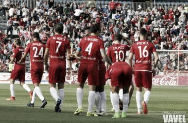 Un grupo de jugadores del Almería celebra el primer gol anotado por Uche ante el Sevilla Atlético. (FOTO: Diego Carmona - VAVEL)