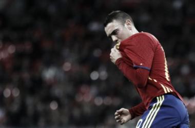 Iago Aspas besando el escudo de la Selección | Foto: Reuters