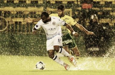 Bajo la lluvia, posesión del Morro García sobre la pelota.