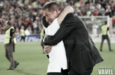 Ramis se abraza entre lágrimas con José Delgado, su segundo, tras conseguir la permanencia. (FOTO: David García - VAVEL)