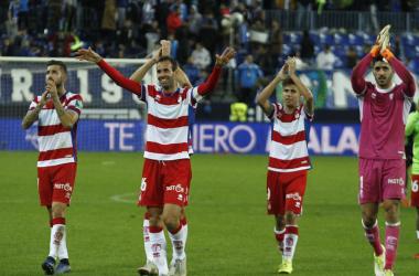 Los jugadores agradecen el apoyo de la afición nazarí en La Rosaleda. Foto: Antonio L Juárez
