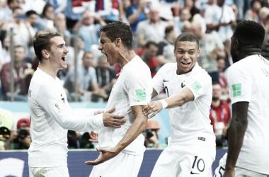 Varane celebra con un grito junto a Griezmann su gol I Foto: FIFA