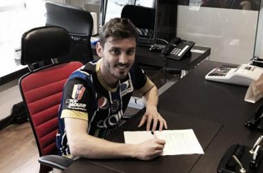 Francisco Pol firmando su nuevo contrato. Fotografía: Prensa Mineros de Guayana.