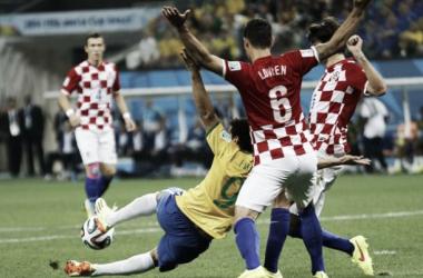 Fred se deja caer, de espaldas al arco y cobran penal para Brasil. (FOTO: Líbero)