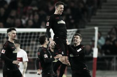 Florian Niederlechner sendo exaltado pelo companheiros de Freiburg após empatar o jogo nos acréscimos (Foto: bundesliga.com)