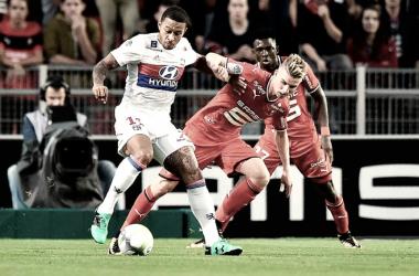 Futbolistas del Lyon y el Rennes luchando por el balón / Fuente: Olympique de Lyon