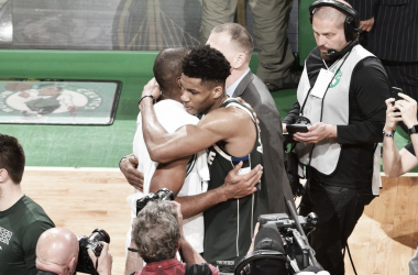 Giannis Antetokoumpo e Al Horford. Fonte: Milwaukee Bucks/Twitter