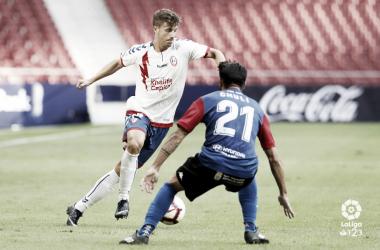 Ernesto con el balón ante la mirada de un rival. Fotografía: La Liga