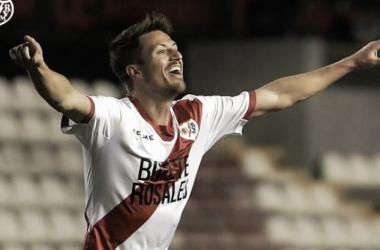 Ernesto Galán celebrando un gol mirando a la grada. Fotografía: Rayo Vallecano S.A.D