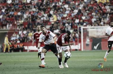 Ernesto Galán ante un rival del Nàstic. Fotografía: La Liga