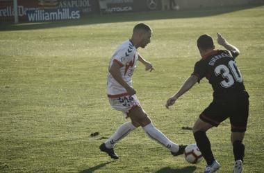 Ernesto ante un rival del Reus. Fotografía: Laura Beltrán (Vavel)
