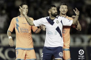 Galán sujetando a un rival en una jugada a balón parado. Fotografía: La Liga