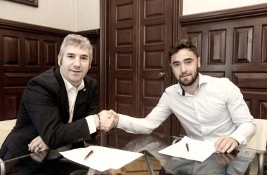 Unai López en la firma de su contrato | Fotografía: Athletic Club
