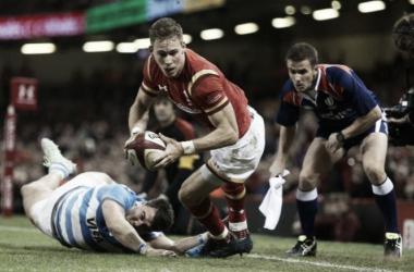 Foto: Liam Williams, quien apoyó uno de los tries de Gales, intenta llegar al ingoal Puma. Atrás quedó Facundo Isa, aunque mira atentamente la situación. Crédito: The Telegraph.