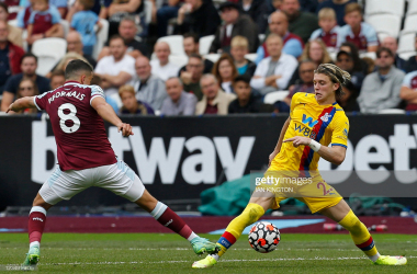 West Ham United's Spanish midfielder Pablo Fornals (L) vies with Crystal Palace's English midfielder Conor Gallagher (R) during the English Premier League football match between West Ham United and Crystal Palace at The London Stadium, in east London on August 28, 2021.(Photo by IAN KINGTON/AFP via Getty Images)