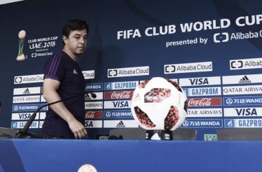 El Muñeco Gallardo observa la pelota del Mundial de Clubes, certamen que buscará conquistar en estos días. Foto: River Oficial.