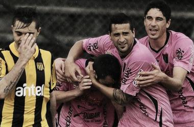 Yuri Galli y sus compañeros festejan el empate 2 a 2. Mientras tanto Diogo se lamenta por su error garrafal.