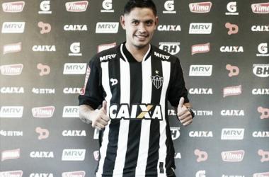 Carlos Eduardo posa para foto com a camisa do Galo em sua apresentação, na Cidade do Galo (Foto: Bruno Cantini/Atlético-MG)