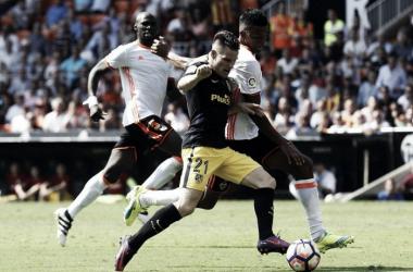 Diego Alves defende dois pênaltis, mas Atlético de Madrid bate Valencia no Mestalla