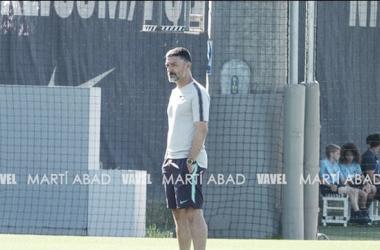 El entrenador del Barça B, Garcia Pimienta, en un entrenamiento / Foto: Martí Abad (VAVEL.com)