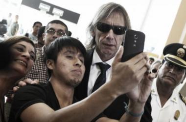 Gareca fue recibido por hinchas en el Aeropuerto Jorge Chávez a su llegada (FOTO: depor.pe)