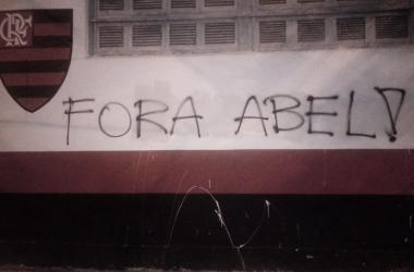 Torcida do Flamengo picha muros da Gávea e pede demissão de Abel Braga e BAP