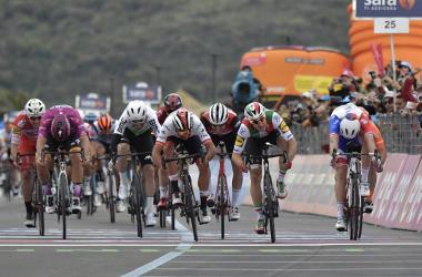 Viviani batte Gaviria in volata, ma la giuria ribalta tutto Fonte foto: Profilo Twitter Giro d'Italia