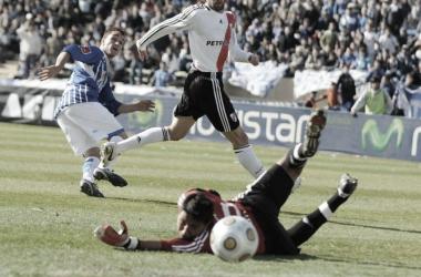 """HISTÓRICO. """"Memo"""" Borghello vence la resistencia de Vega, el ex delantero de Newells anotó el gol de la salvación. Foto: Web"""