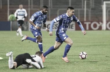 Correa y el Morro buscando vencer a la dura defensa brasilera. FOTO: Ovación.