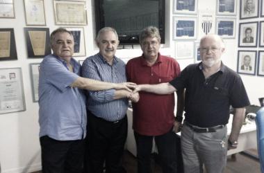 Geninho posa com diretores do Avaí: técnico estende contrato até o fim do Brasileirão (Foto: Thiago Pravatto/Avaí FC)