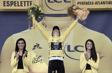 Geraint Thomas celebra en el podio el que es su primer Tour de Francia. Foto: @LeTour