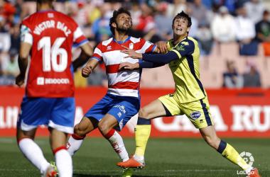 Germán pelea por el balón con un rival. Foto: LaLiga