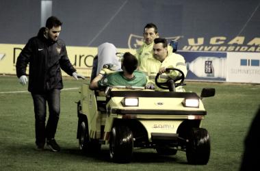 Germán Parreño fue retirado en camilla tras un duro choque con un compañero. Foto: UCAM Murcia.