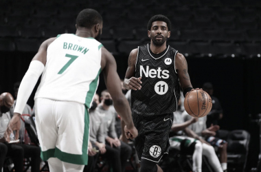 Kyrie Irving bota ante la mirada de Jaylen Brown | Foto: Ned Dishman, NBAE via Getty Images