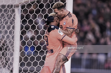 Memphis Depay celebra con Dembélé. Photo: Getty images