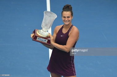 Sabalenka holds up the championship trophy in Shenzhen: Photo: Zhe Ji/Getty Images