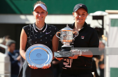 Marketa Vondrousova and Ashleigh Barty following the final (Getty Images/Jean Catuffe)