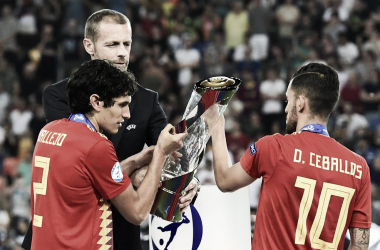 Vallejo y Ceballos reciben el trofeo de la Eurocopa 2019 como capitanes / Foto: Getty-UEFA