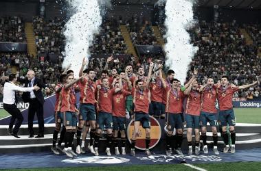La selección sub-21 celebrando con la Copa / FOTO: UEFA