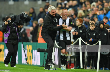 Newcastle United's English head coach Steve Bruce (centre left) congratulates goalscorer Newcastle United's English midfielder Matthew Longstaff (centre right) after the English Premier League football match between Newcastle United and Manchester United at St James's Park in Newcastle-upon-Tyne, north east England on October 6, 2019. - Newcastle won the game 1-0. (Photo by Paul ELLIS / AFP)