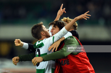 Sassuolo's Filip Djuricic celebrates his latest match winning goal against Hellas Verona F.C with his teammates (Getty Images/Alessandro Sabattini)