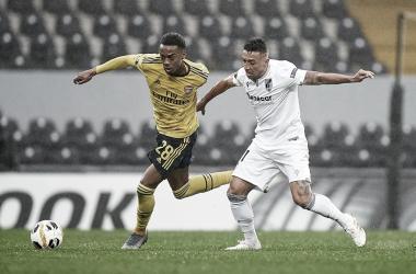Arsenal marca na etapa final, masVitóriade Guimarãesarranca empate com golaço de brasileiro
