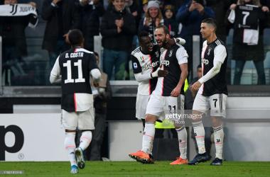 Juventus' Gonzalo Higuain celebrates his goal against Cagliari with teammates (Getty Images/Chris Ricco)