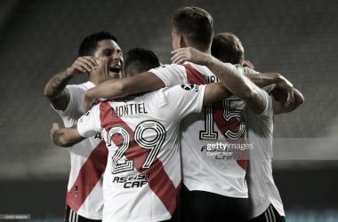 ABRAZOS AL GOLEADOR. Los jugadores de River abrazan a Girotti, goleador de la noche en La Plata y la figura del encuentro. Foto: Getty images