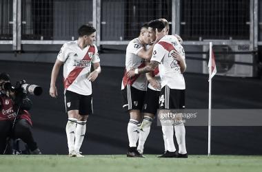 FELICITANDO. Los hombres de River abrazan a Beltrán, el juvenil anotó su primer gol en la Primera División. Foto: Getty images