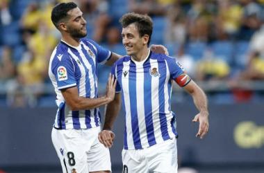 Merino celebra con Oyarzabal uno de los goles del eibartarra en Cádiz. Foto: Getty Images.
