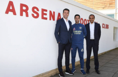 ST ALBANS, ENGLAND - SEPTEMBER 10: (R) Arsenal Chief Executive Vinai Venkatesham, (L) Technical Director Edu and (2ndL) Manager Mikel Arteta at London Colney on September 10, 2020 in St Albans, England. (Photo by Stuart MacFarlane/Arsenal FC via Getty Images)