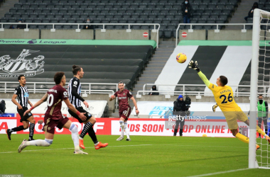 NEWCASTLE UPON TYNE, ENGLAND - JANUARY 26: Jack Harrison of Leeds United scores their team's second goal past Karl Darlow of Newcastle United during the Premier League match between Newcastle United and Leeds United at St. James Park on January 26, 2021 in Newcastle upon Tyne, England. Sporting stadiums around the UK remain under strict restrictions due to the Coronavirus Pandemic as Government social distancing laws prohibit fans inside venues resulting in games being played behind closed doors. (Photo by Lindsey Parnaby - Pool/Getty Images)