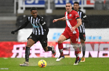 NEWCASTLE UPON TYNE, ENGLAND - FEBRUARY 06: Newcastle debutant Joe Willock leaves Saints player Oriol Romeu in his wake during the Premier League match between Newcastle United and Southampton at St. James Park on February 06, 2021 in Newcastle upon Tyne, England. Sporting stadiums around the UK remain under strict restrictions due to the Coronavirus Pandemic as Government social distancing laws prohibit fans inside venues resulting in games being played behind closed doors. (Photo by Stu Forster/Getty Images)